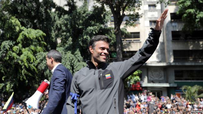 委内瑞拉反对派领袖瓜伊多和反对派政治人士佩洛斯在加拉加斯对支持者讲话。(2019年4月30日)