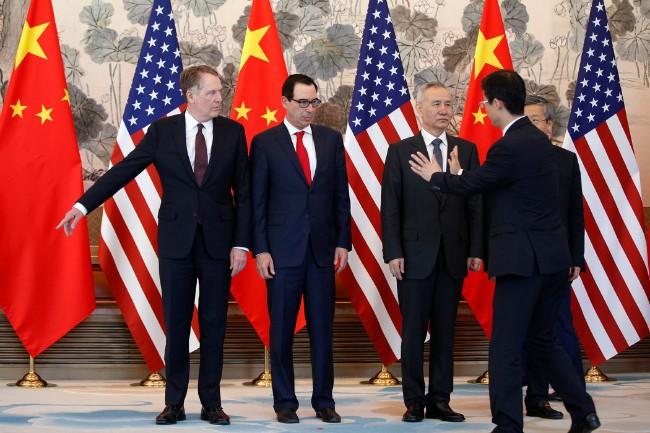中国国务院副总理刘鹤(右二)与美国财政部长史蒂文・马努钦(左二)、贸易代表罗伯特・莱特希泽(左一)上周在北京举行会晤后。 POOL PHOTO BY ANDY WONG.jpg