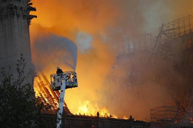 巴黎圣母院救火英雄轮奸观光客