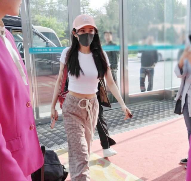 杨幂穿露脐装现身机场,小蛮腰抢镜上围丰满