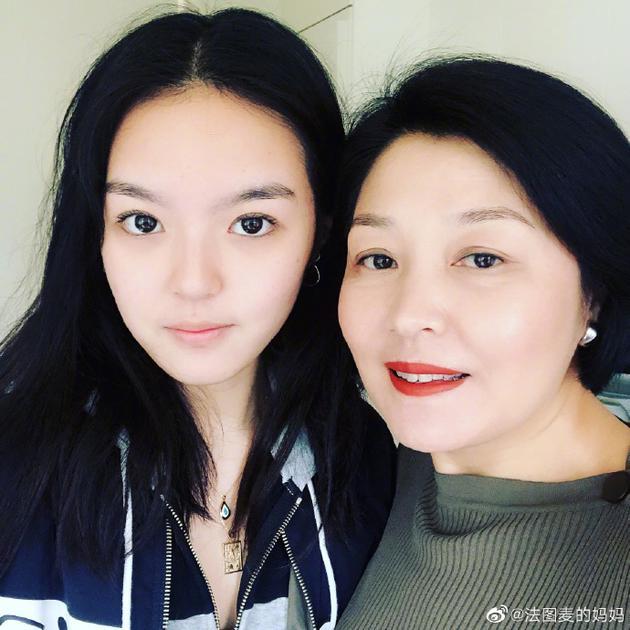 李咏去世哈文首晒与女儿合影 母女很美
