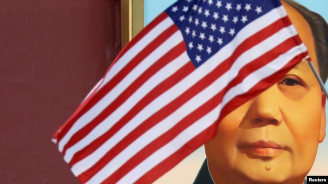 为欢迎美国总统特朗普访华,2017年11月8日北京天安门毛泽东画像前飘扬的美国国旗。
