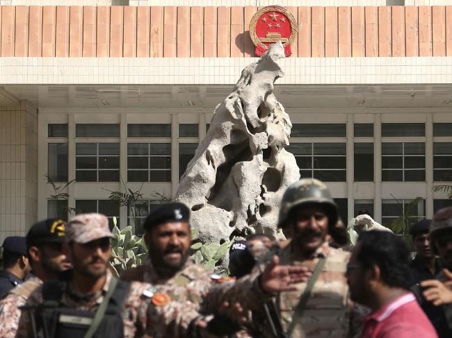 巴基斯坦军警在中国领事馆前戒备.jpg