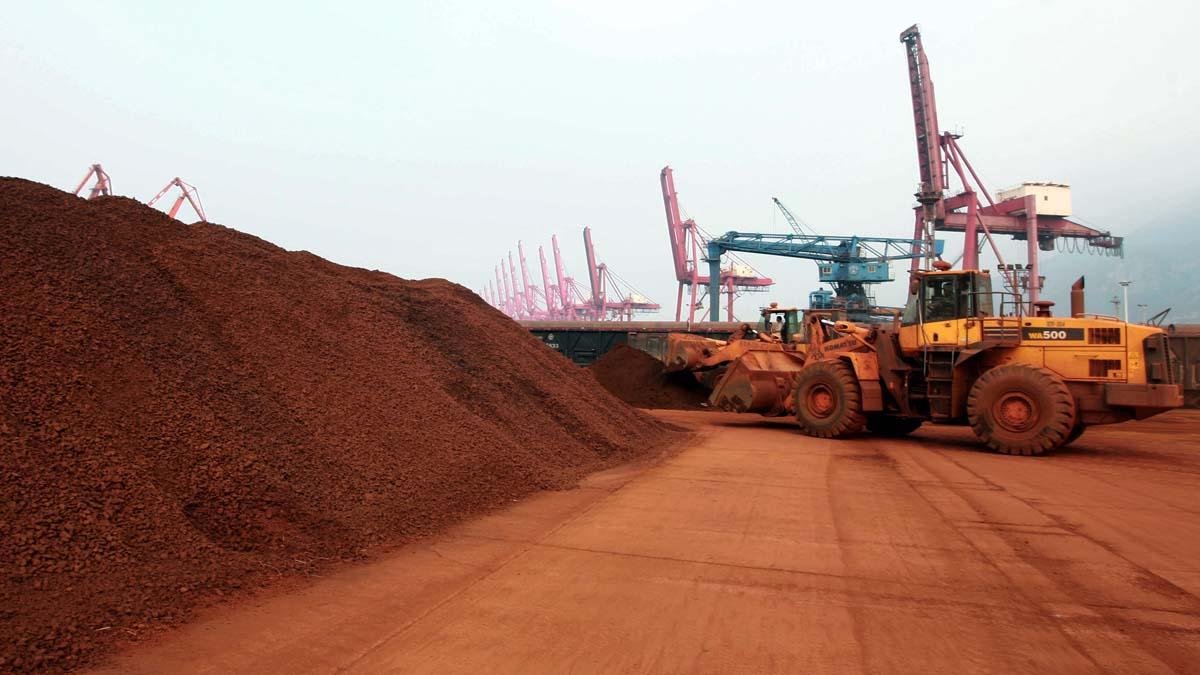 图为中国连云港港口准备出口的稀土矿。(AFP)