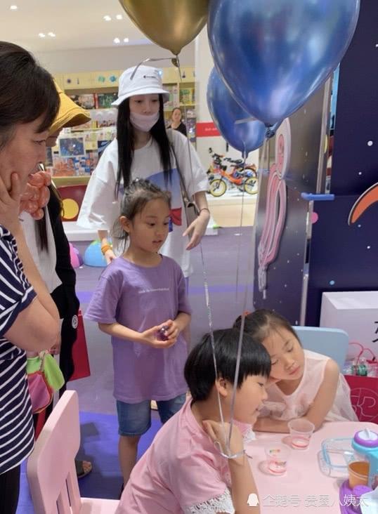 李小璐携甜馨买玩具被偶遇 不见贾乃亮