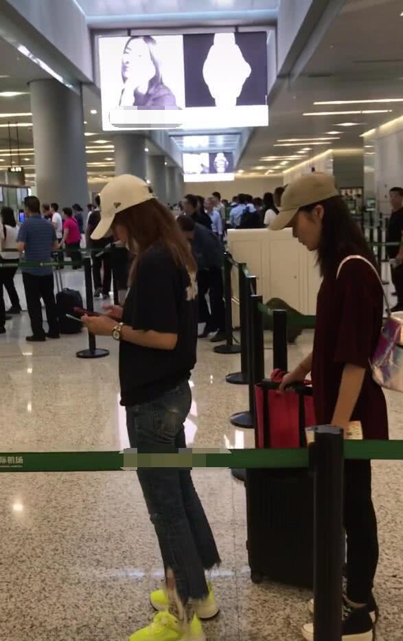 赵薇素颜现身机场紧身牛仔凹身材 不语刷手机