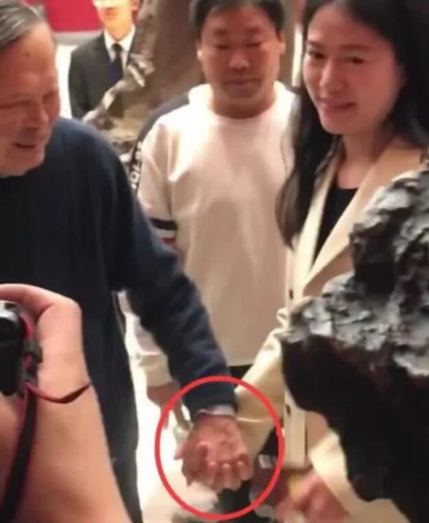 偶遇:翁帆与杨振宁十指紧扣 站在老人堆里