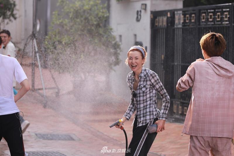 55岁张曼玉与小鲜肉湿身水战 依然是女神