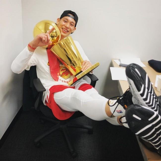 林书豪随猛龙夺冠 成亚裔美籍球员第一人