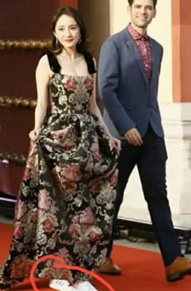 杨幂的混搭风让人傻眼了 看上去宛如女王