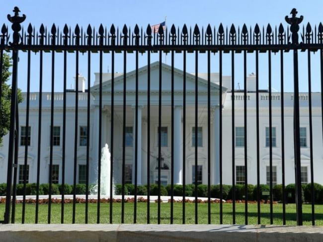 """又遭""""打卡"""" 一男子试图越过白宫围栏并袭击警察"""