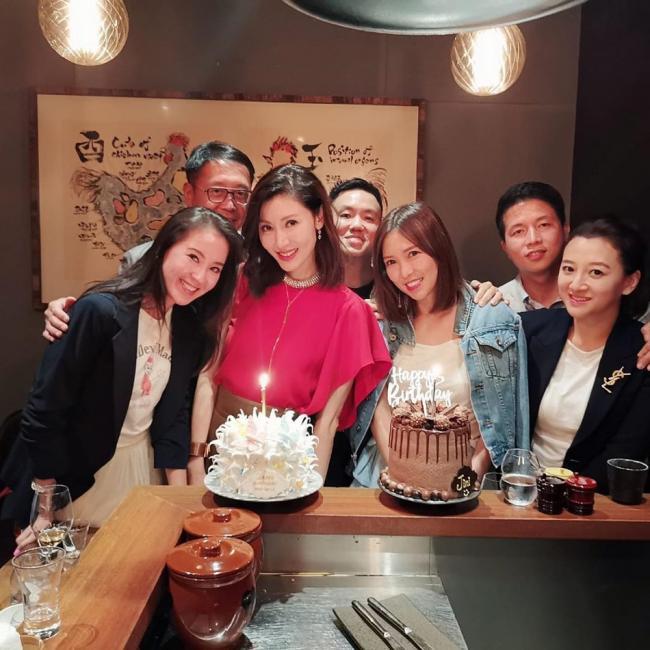 甜蜜!许晋亨与名媛阔太团为李嘉欣庆49岁生日