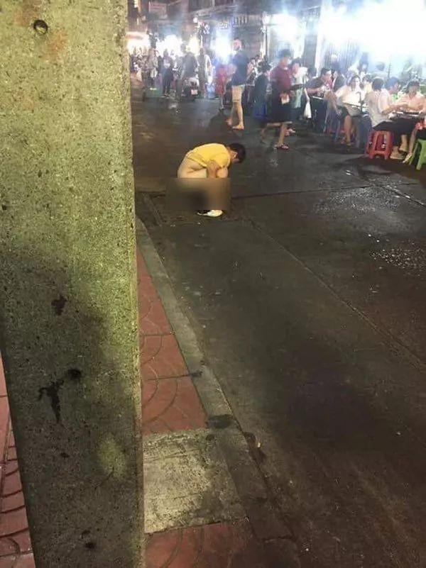 中国男子在唐人街当众拉屎被群攻 结果……