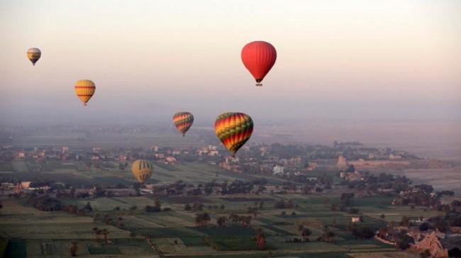 埃及热气球遇强风失控 11游客急降沙漠