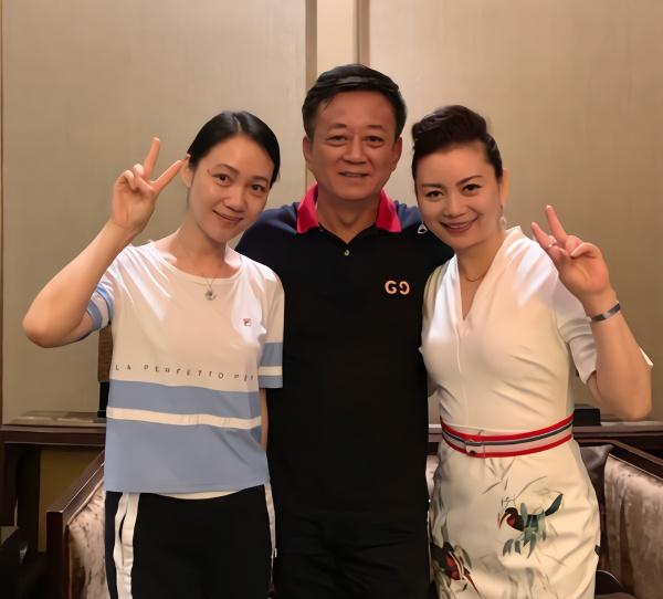 众名嘴同框:朱军携妻子现身 杨柳赵普略显发福