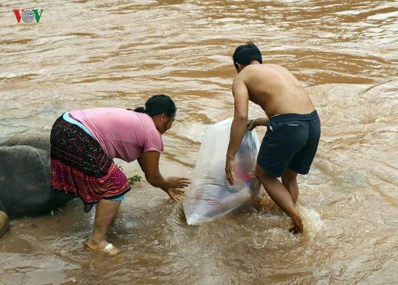 为改变命运 他们被父母塞进塑料袋 漂在洪水上