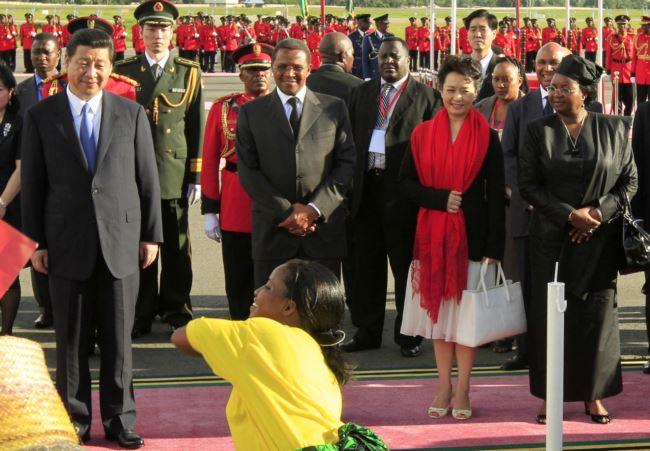 2013年3月25日中国国家主席习近平,坦桑尼亚总统基奎特,中国第一夫人彭丽媛和坦桑尼亚第一夫人萨尔玛・基奎特在在达累斯萨拉姆的尼雷尔国际机场。这次访问中签订的巴加莫约港综合开发项目合作备忘录,如今被叫停。