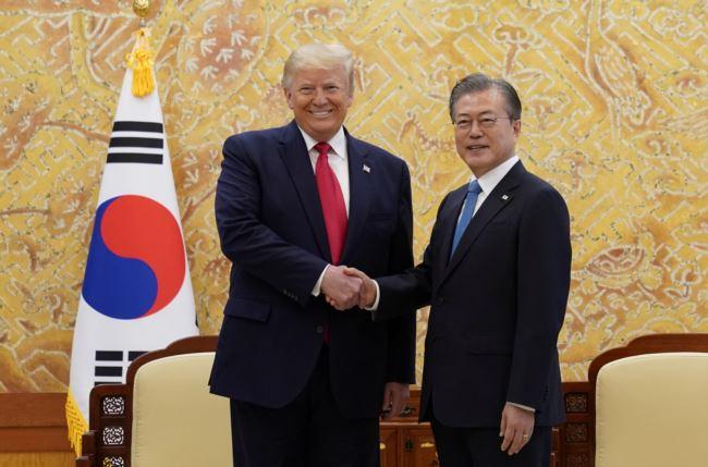美国总统特朗普与韩国总统文在寅在首尔会晤(2019年6月30日)