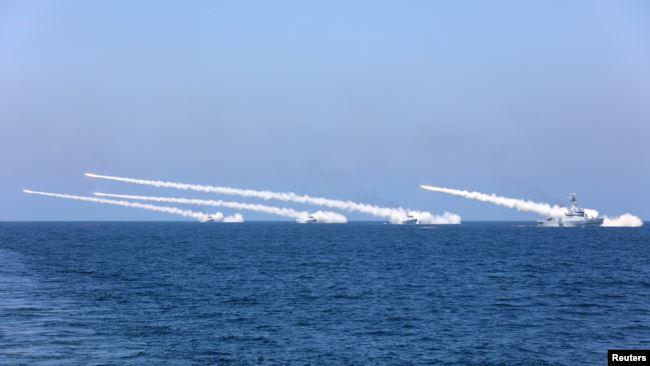 中国在南中国海有争议岛屿附近海域试射导弹