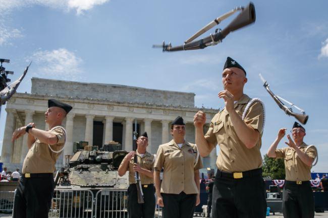 美国海军仪仗兵在一辆布雷德利装甲步兵战车旁排练,为7月4日独立日庆典做准备。(2019年7月3日)