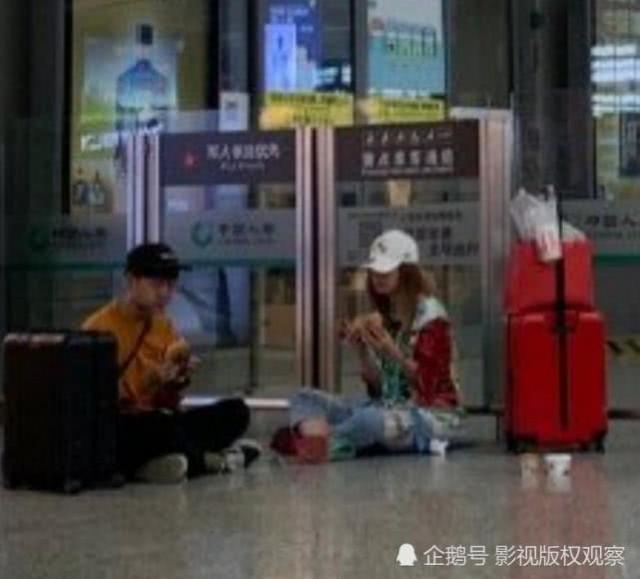 赵薇高铁站席地而坐吃汉堡无人识 是巨星落魄?