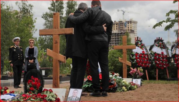 """俄罗斯为""""绝密""""潜艇遇难军官举行秘密葬礼"""