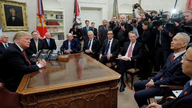 川普在白宫接见中国贸易谈判代表刘鹤.jpg