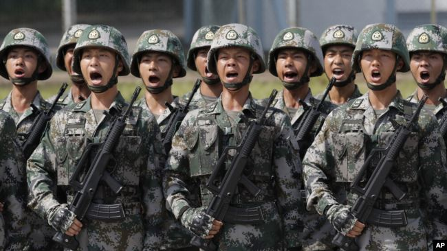 中国人民解放军驻香港部队士兵呼喊口号接受中国国家主席习近平在香港石岗营地的检阅。(2017年6月30日)
