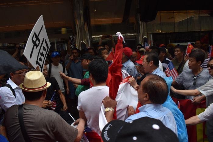 蔡英文过境纽约,在下榻饭店外支持与反对双方发生肢体冲突。(记者颜嘉莹/摄影)