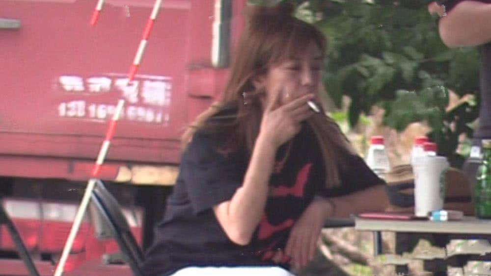 赵薇片场素颜 跷二郎腿猛抽烟 一脸憔悴