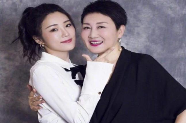 56岁张凯丽全家照 富豪女儿闯荡娱乐圈