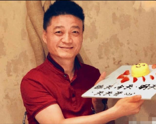 """崔永元曝近照 手举""""天天开心""""牌子勉强微笑"""