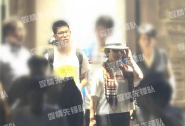 张国立邓婕15岁养子正脸首曝光 身高出众