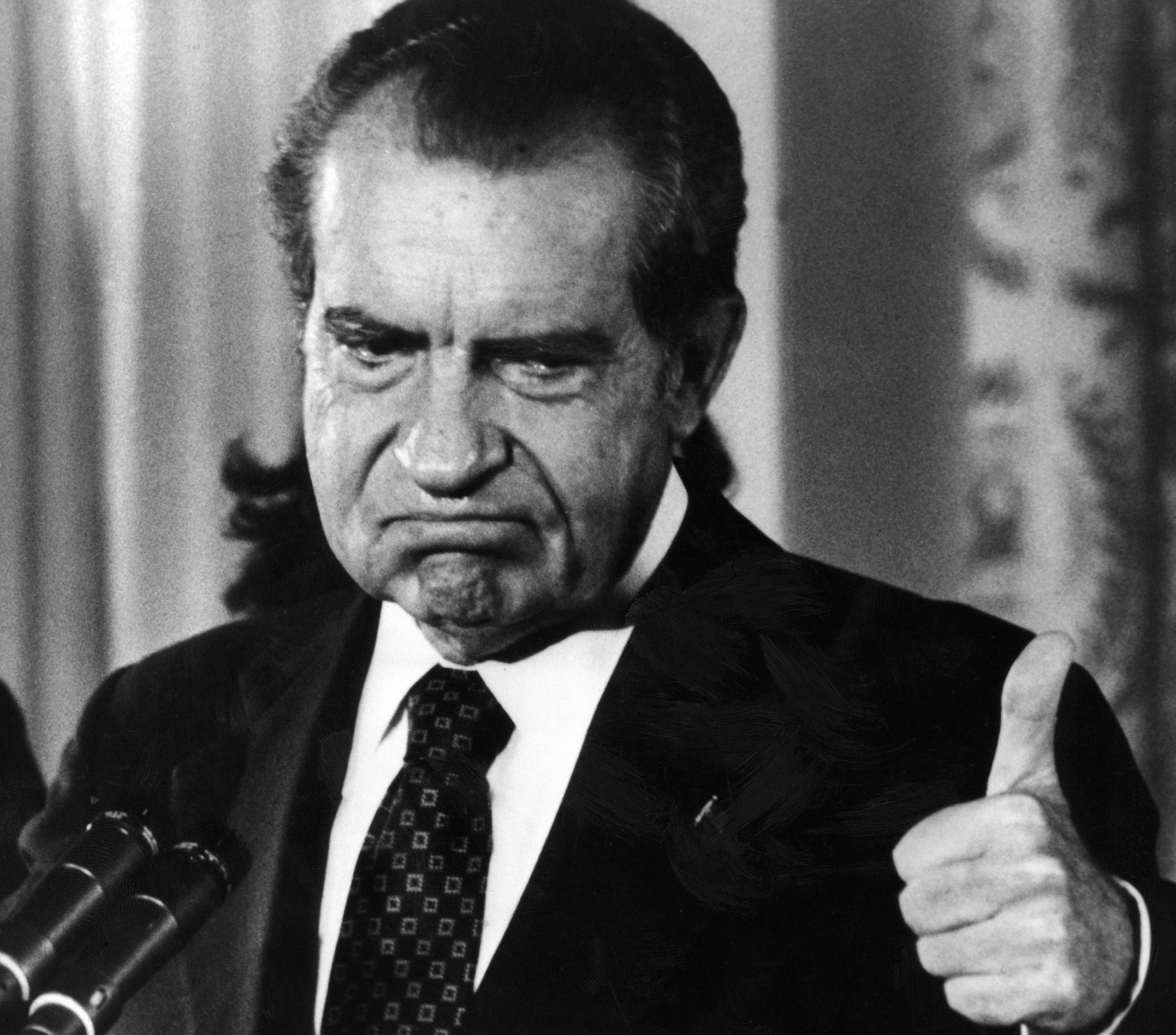 尼克森总统在1974年8月9日因水门案宣布辞职后,竖起大母指。(Getty Images)