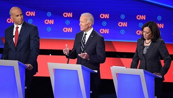 民主党辩论中 拜登再被围攻