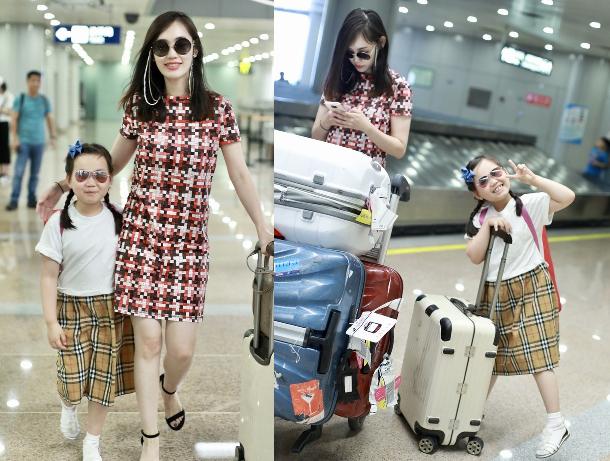 马蓉与女儿手拉手旅行 行李箱一大堆像搬家