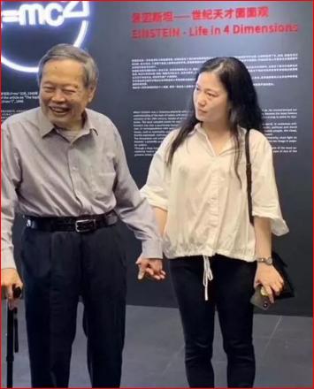 与妻子手牵手出席活动 96岁杨振宁分享长寿3秘诀