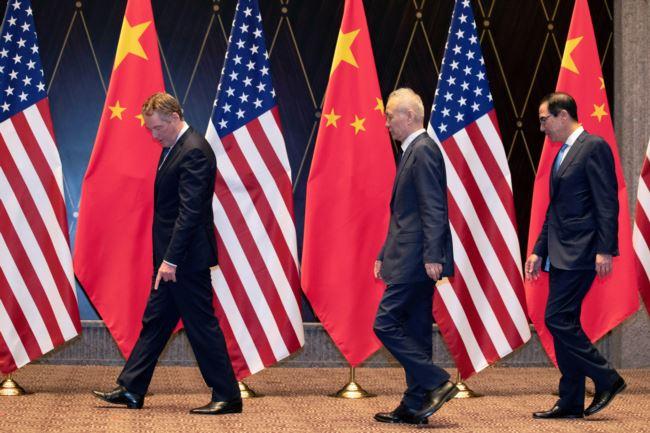 美国贸易代表莱特希泽(左)和财政部长姆努钦2019年7月31日在上海西郊宾馆与中国副总理刘鹤(中)走向拍合影的位置。