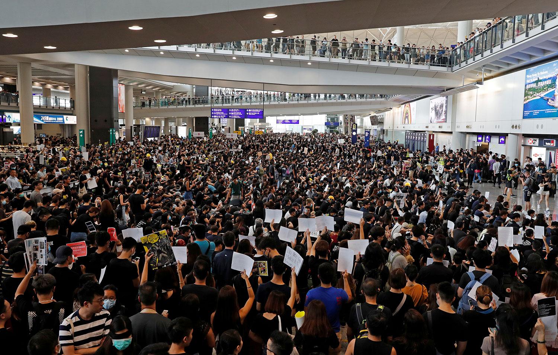 香港示威者与警方周日爆发多轮冲突后,超过5千人周一(8月12日)到香港国际机场集会,抗议警方滥用武力。(路透社)