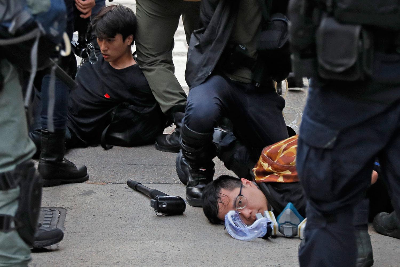 2019年8月11日,香港反送中游行示威者被防暴警察抓捕。(美联社)
