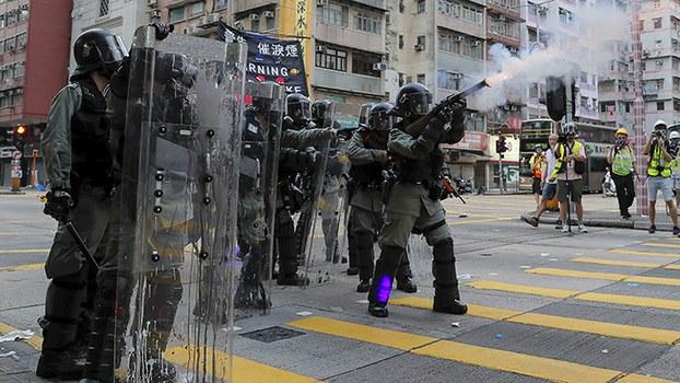 2019年8月11日,香港警察向示威者施放催泪弹。(美联社)