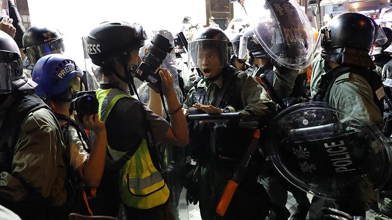 2019年8月10日,香港警察在与民众的冲突中推搡记者。(美联社)
