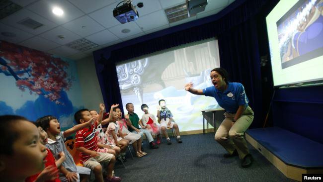 5到7岁的中国儿童在上海迪士尼英语学习中心上英文课。(2010年7月27日)