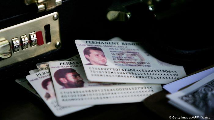 Die amerikanische Green Card (Getty Images/AFP/J. Watson)