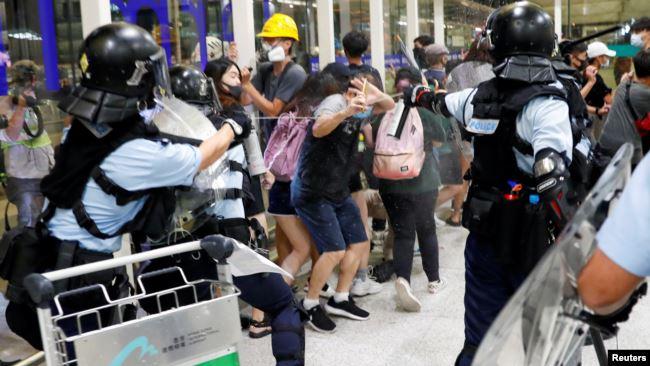 香港当地时间星期二(8月13日)深夜,防爆警察冲进香港国际机场与示威者发生冲突