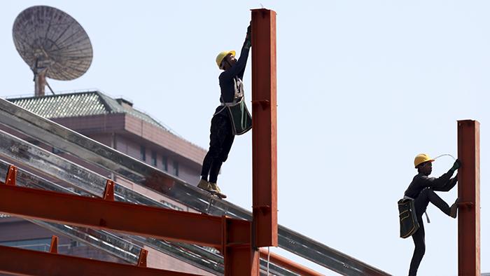 在北京建筑工地上工作的工人。大多数工人不具有高中学历。(美联社)