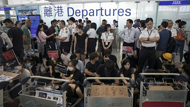 """2019年8月13日,""""反送中""""民众使香港机场瘫痪。(美联社)"""