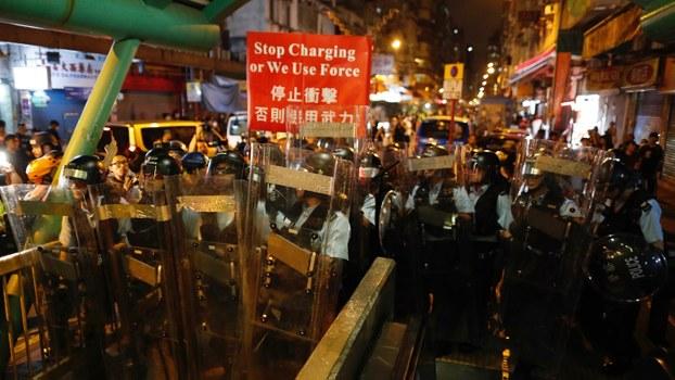 在街头驱散抗议者的香港警察。(美联社)
