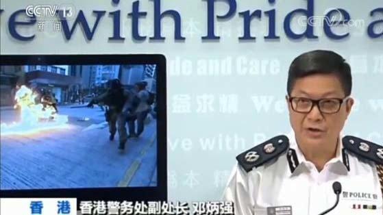 央视连续报道,炮制港警被示威者投汽油弹烧伤的假新闻