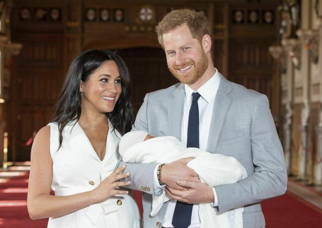 哈利王子鼓吹环保却频频与妻儿搭乘私人专机,遭到批评。美联社